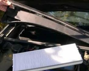 Replace cabin air filter Audi 80 with the new one